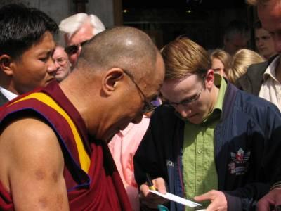 Dalai Lama 14 utenfor Grand Hotell i 2005
